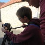 Workshopleiter Matthias Kammerer schaut dem 1. Kameramann Simon Pracht über die Schulter und hilft mit Tipps und Tricks.